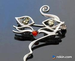PYSZCZEK kota srebrna broszka z bursztynem