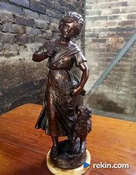 *Urocza rzeźba, figurka - dziewczyna z owieczką i kwiatami*