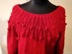 Czerwony sweter na drutach